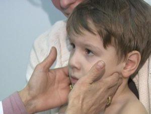 Доктор проверяет лимфоузлы у ребенка