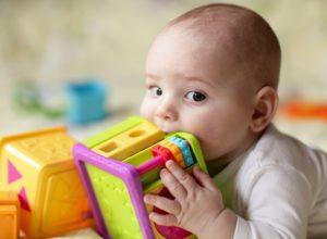 Игрушка во рту у ребенка
