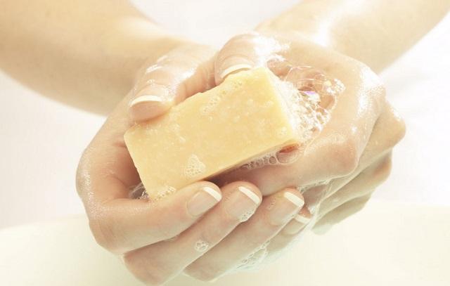 Хозяйственное и дегтярное мыло при молочнице у женщин: можно ли подмываться и помогает ли?