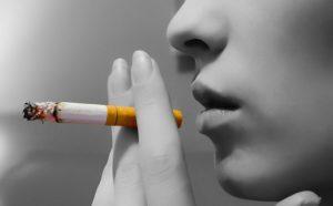 Девушка курит