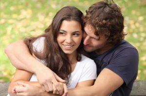 Парень обнимает девушку