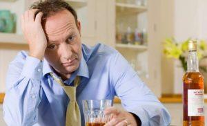 Мужчина пьет при стрессе