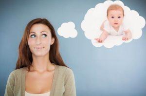 Девушка думает о ребенке