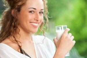 Девушка пьет кефир