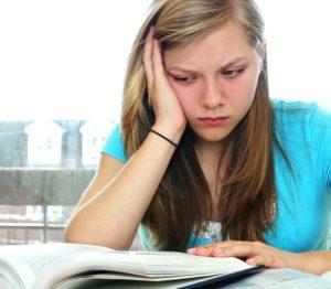 Девочка подросток читает книгу