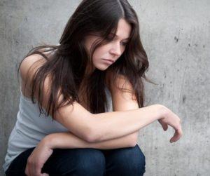 Девушка подросток грустит