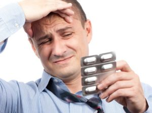 ПРием таблеток мужчиной
