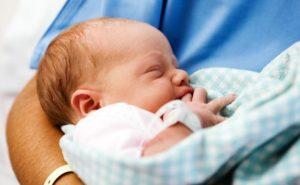 Новорожденный на руках