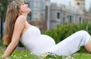 Беременная девушка на траве