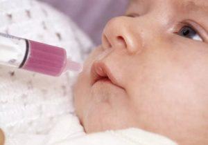 Обработка полости рта малыша морганцовкой