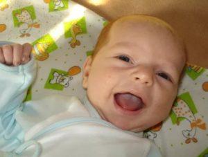Новорожденный с молочницей на языке