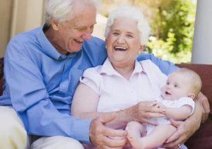 Пожилая пара с ребенком