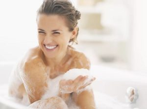 Девушка в ванне с пеной