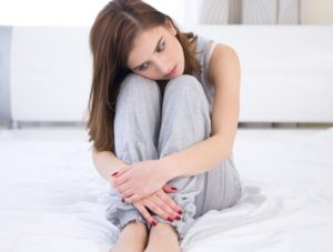Девушка сидит в кровати